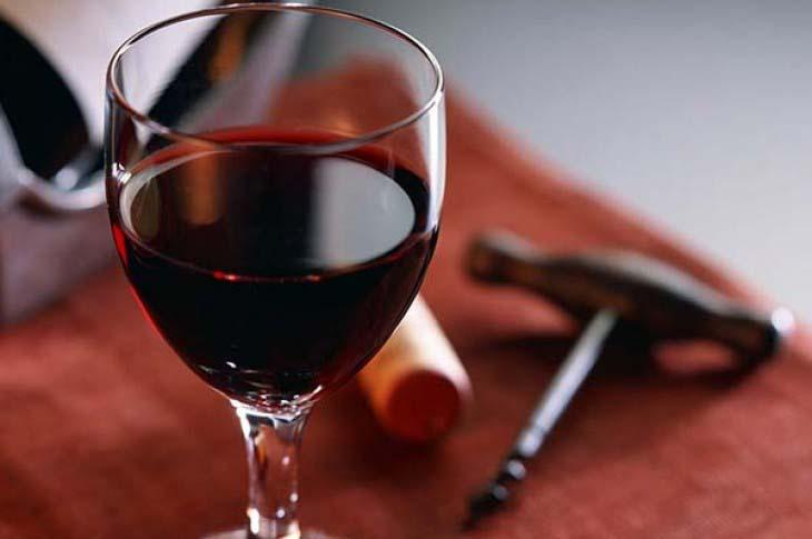 Konzumacija crnog vina može da ubrza sagorevanje masti u organizmu